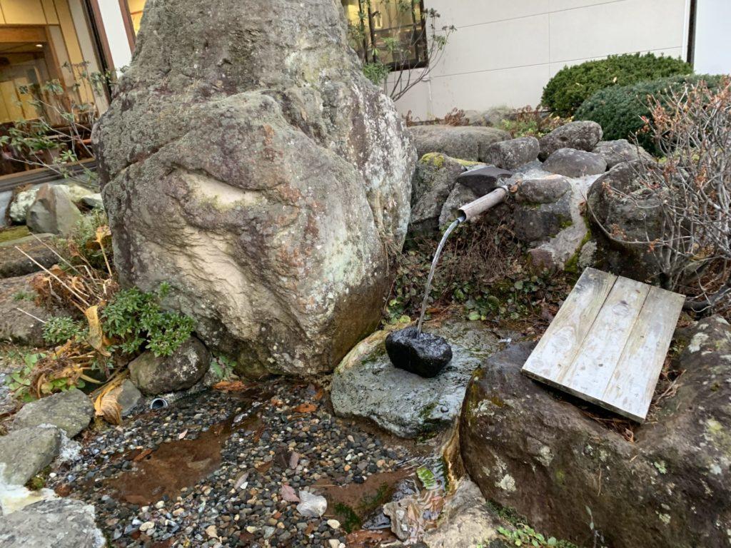 嬬恋高原温泉つつじの湯の玄関前の湧水「ヤマトタケルの涙」