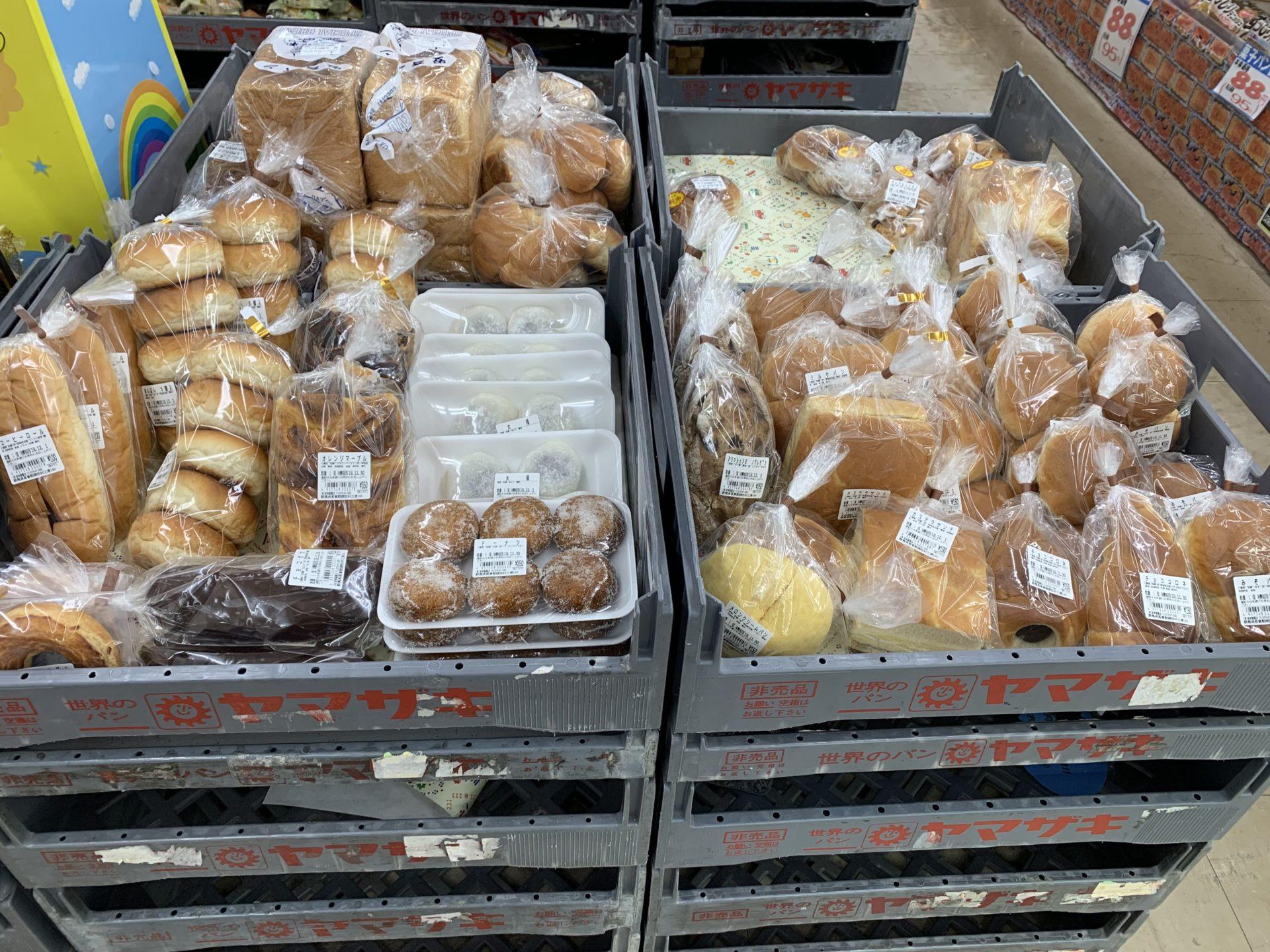 卸売センター「サンエイ」店内の地元パン屋のパンコーナー