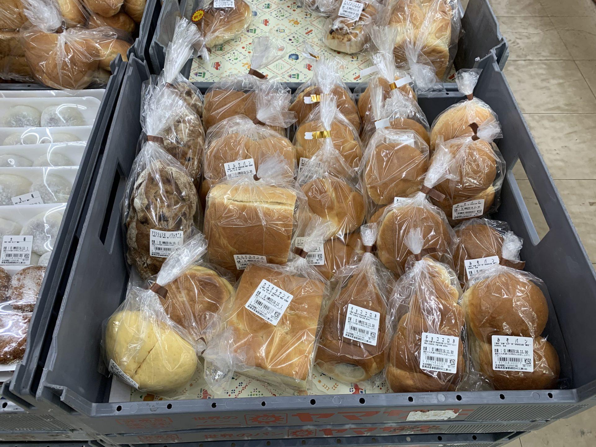 卸売センター「サンエイ」店内のパン類