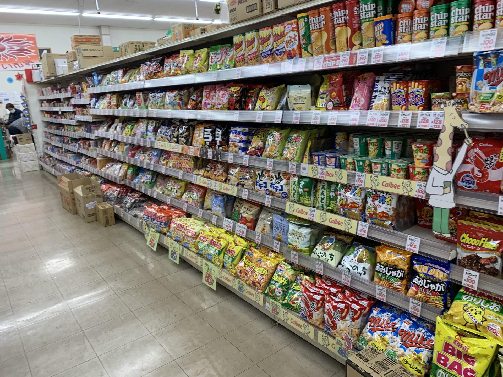 卸売センター「サンエイ」店内のお菓子コーナー