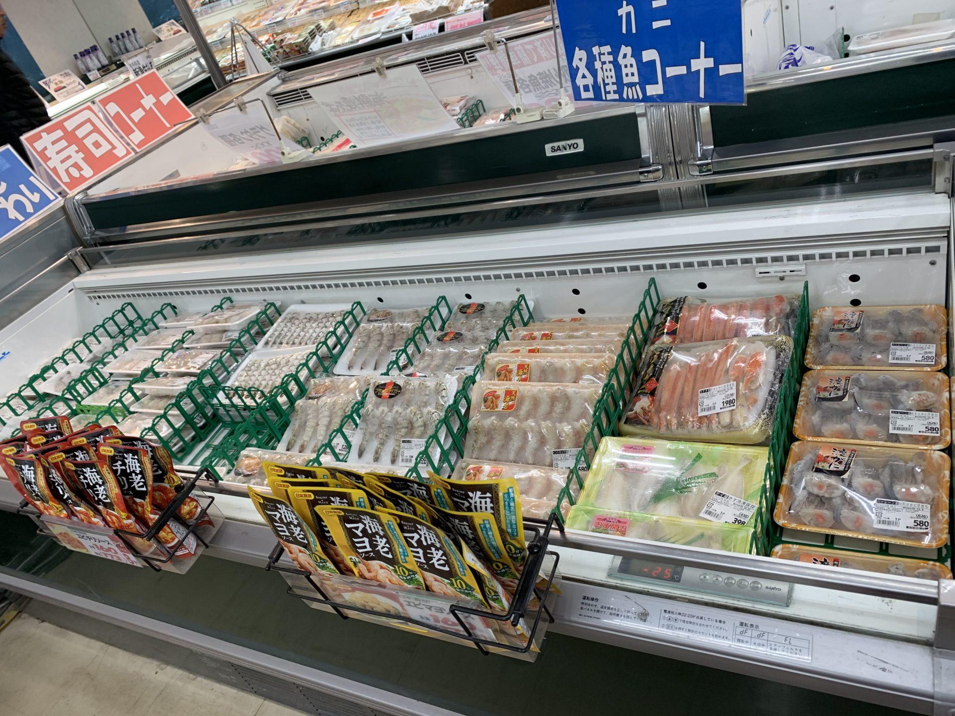 卸売センター「サンエイ」店内の海鮮バーベキュー用「海老や蟹」