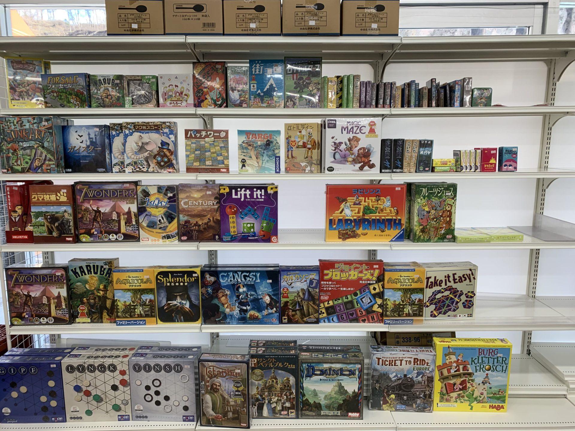 卸売センター「サンエイ」店内の外国のボードゲームなど(旅の遊び道具)
