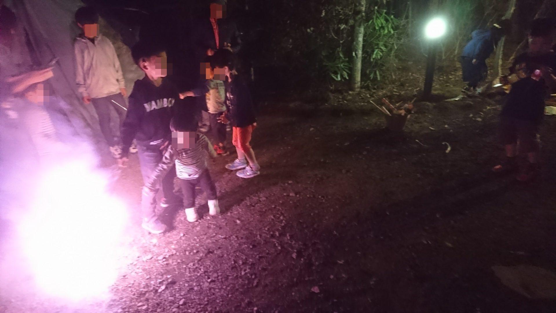貸別荘ルネス軽井沢でのコテージで花火を楽しむ宿泊者(2017年5月に宿泊されたグループ)